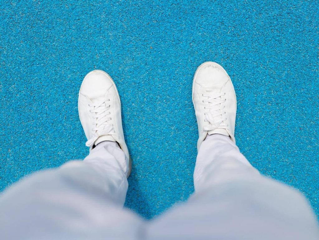 Tapered sweatpants joggers with white sneakers